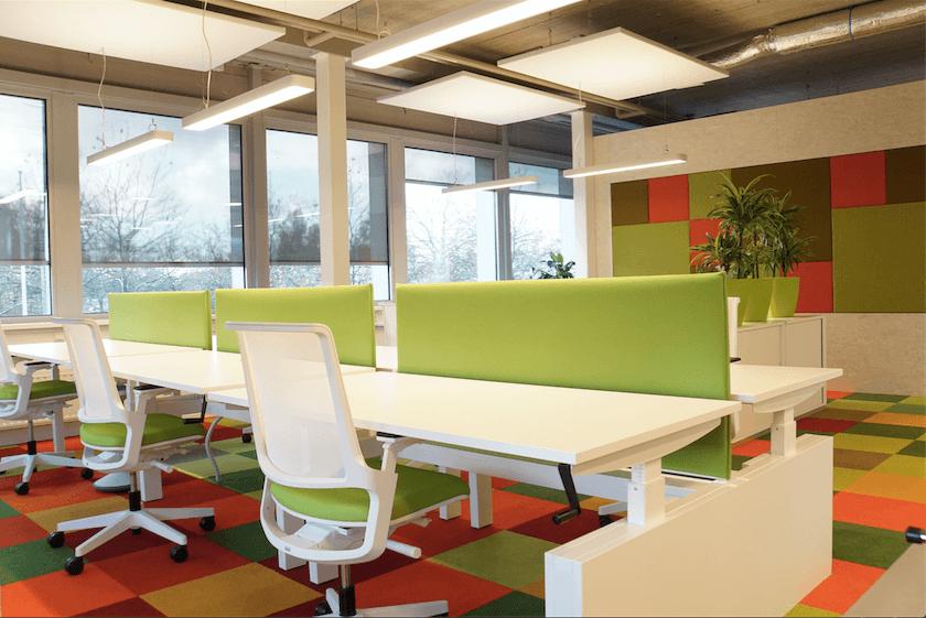 Kantoorinrichting verbeterd met ergonomische kantoormeubelen en zonwering